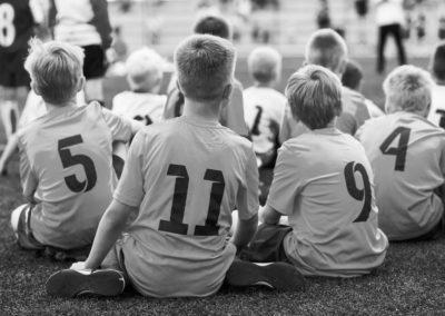 чб-детская-команда-смотрит-футбольный-матч