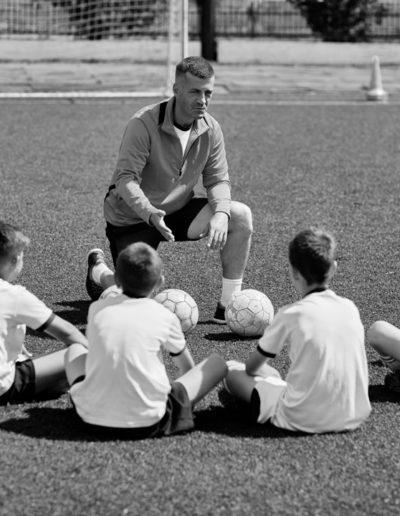 чб-тренер-обсуждает-футбольный-матч-с-ребятами