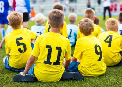 детская-команда-смотрит-футбольный-матч
