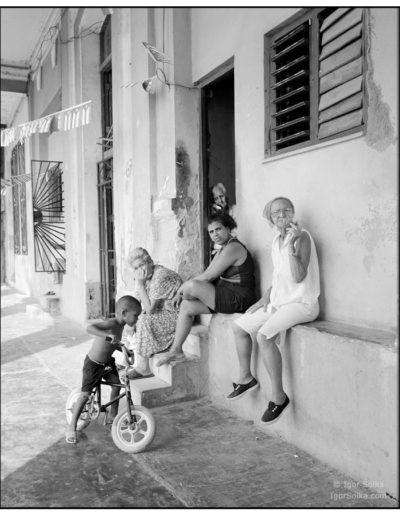Havana-курящая-бабуля-на-парапете-с-подругами-218